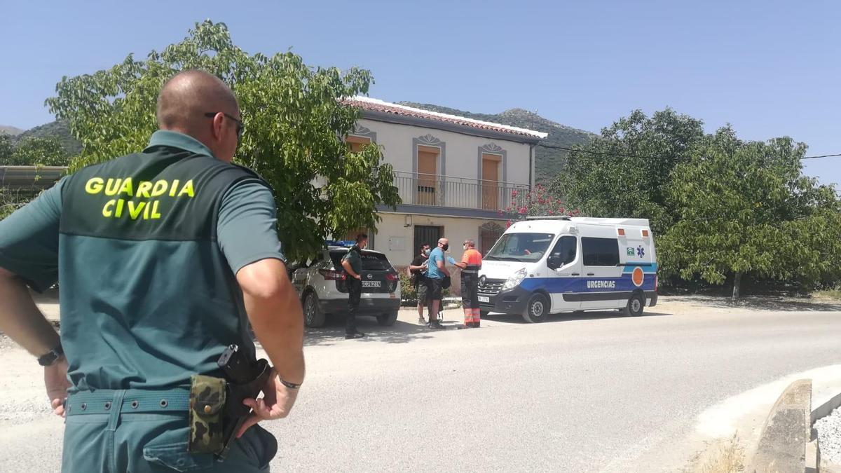 La Guardia Civil y la ambulancia que participó en el rescate.