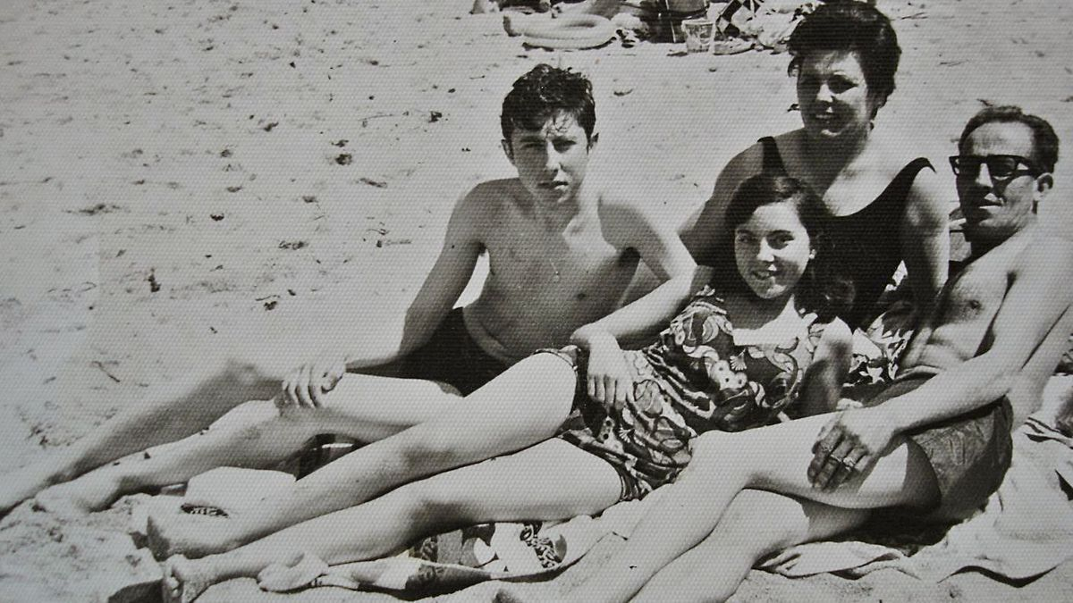 José Julio, con sus padres y su hermana, en la playa de Riazor.    // LA OPINIÓN