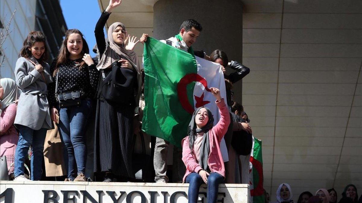 Los estudiantes vuelven a tomar las calles en Argelia para decir 'no' a Bouteflika