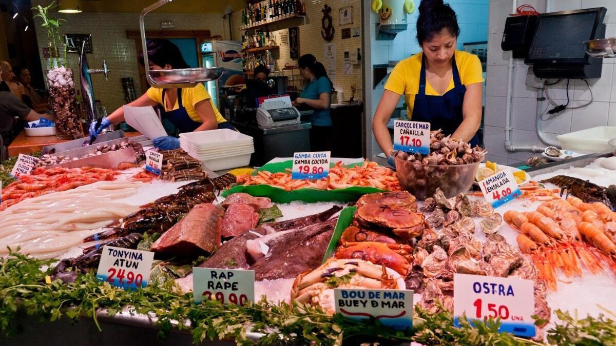 Un expositor de pescado en un mercado.