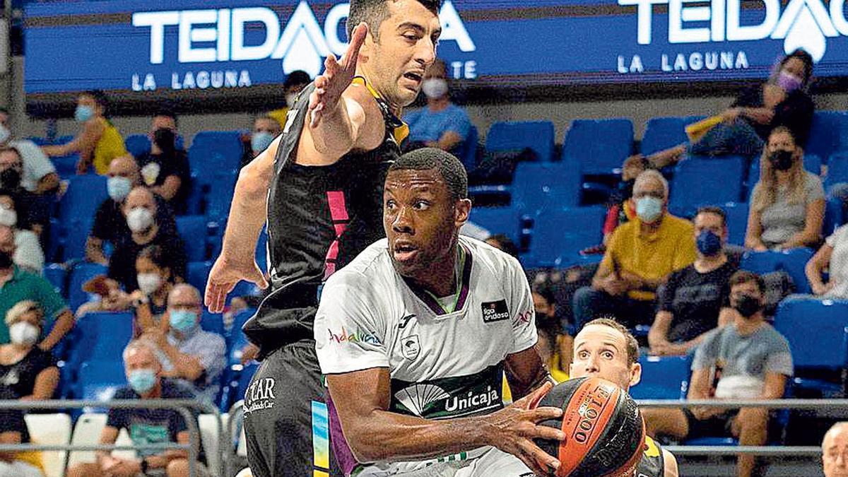 Norris Cole supera a Shermadini en el partido ante el Lenovo Tenerife.