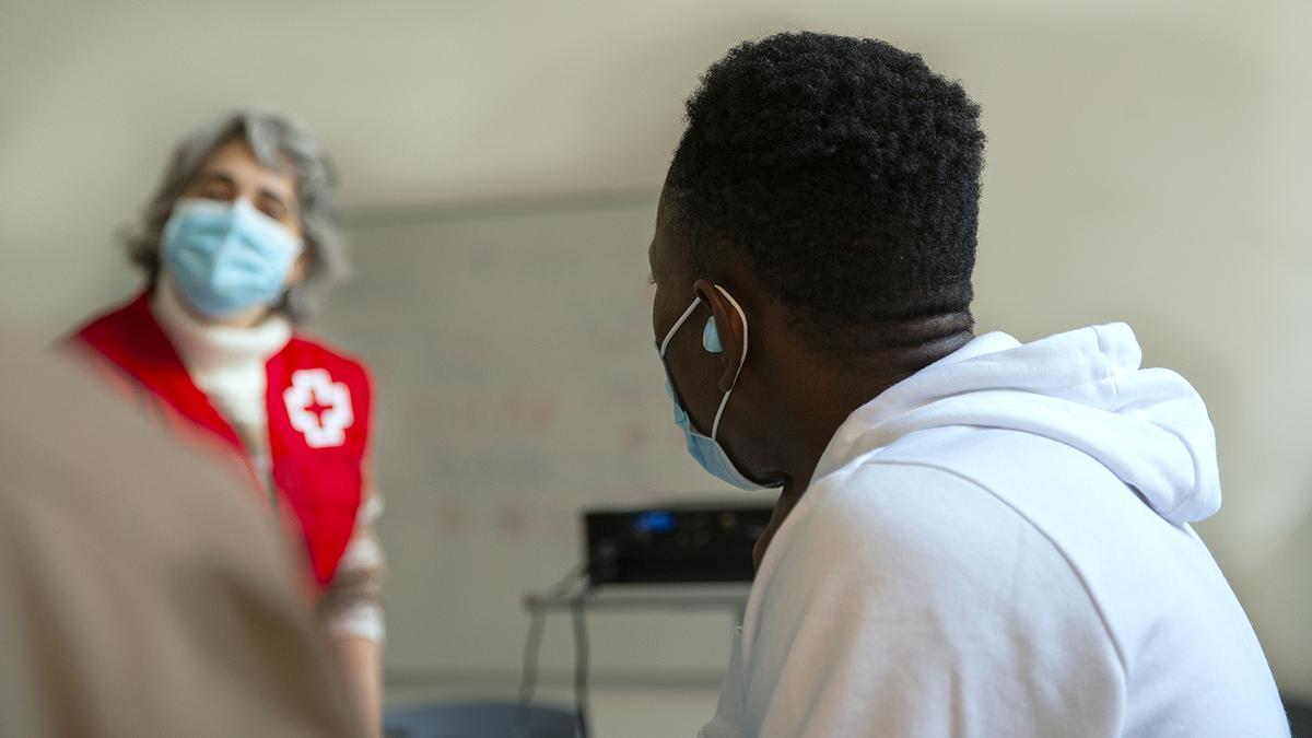 Atención a una persona refugiada por parte de Cruz Roja.