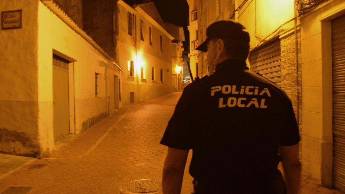 Un agente de la Policía Local de Petrer realizando una patrulla a pie por el casco antiguo.