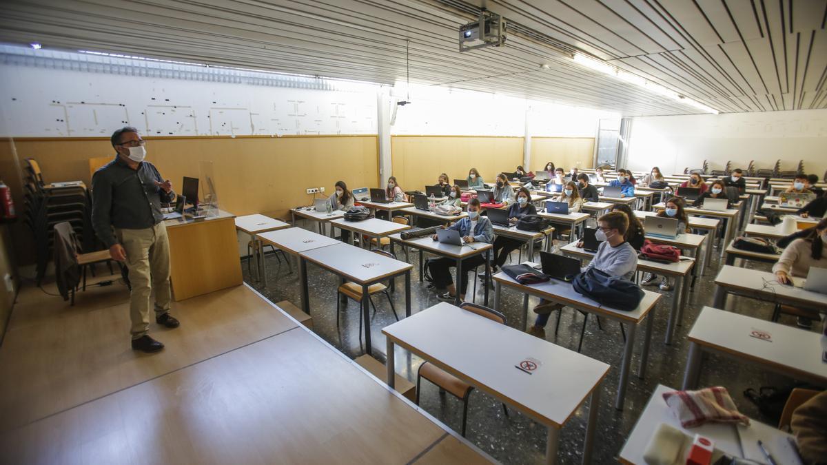 Estudiantes de la Universitat Politècnica de València (UPV) tras la vuelta a la presencialidad en las aulas después del confinamiento.