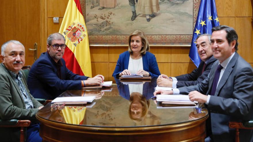 Báñez plantea penalizar a las empresas que abusan de los contratos temporales