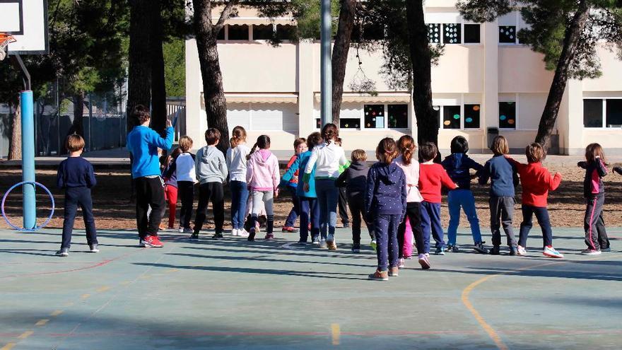 Sanidad pide mantener la mascarilla en los patios de los colegios tras el aumento de contagios