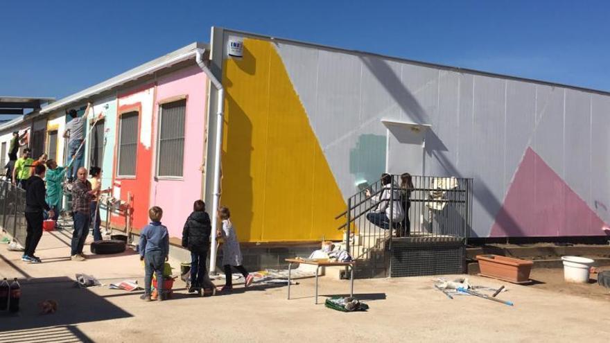 Més de cinquanta famílies fan realitat el projecte de pintar l'escola Les Bases de Manresa