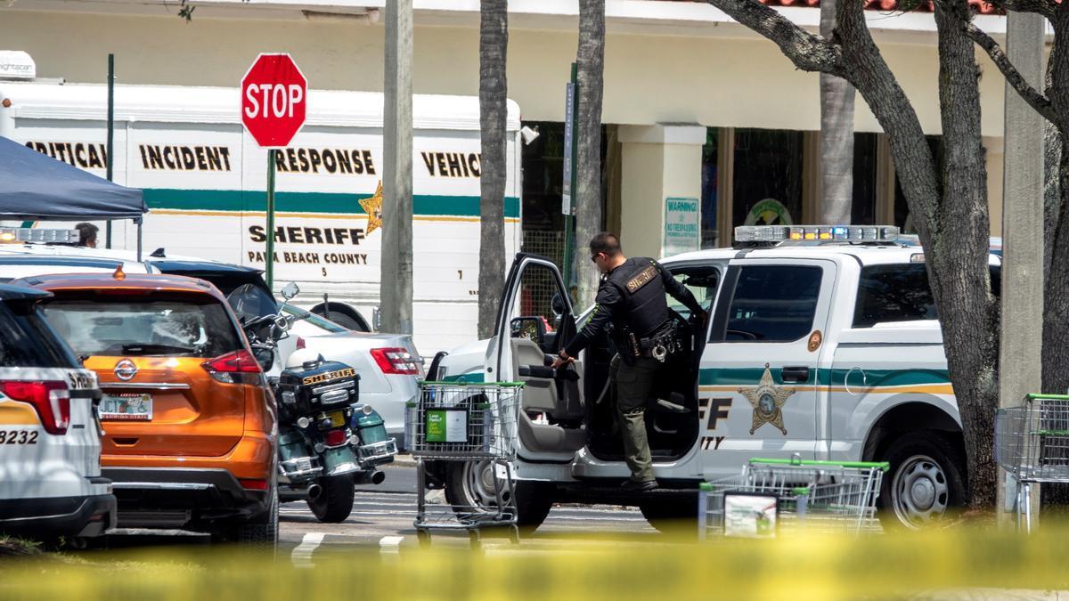 La policía llega a la escena de un tiroteo.