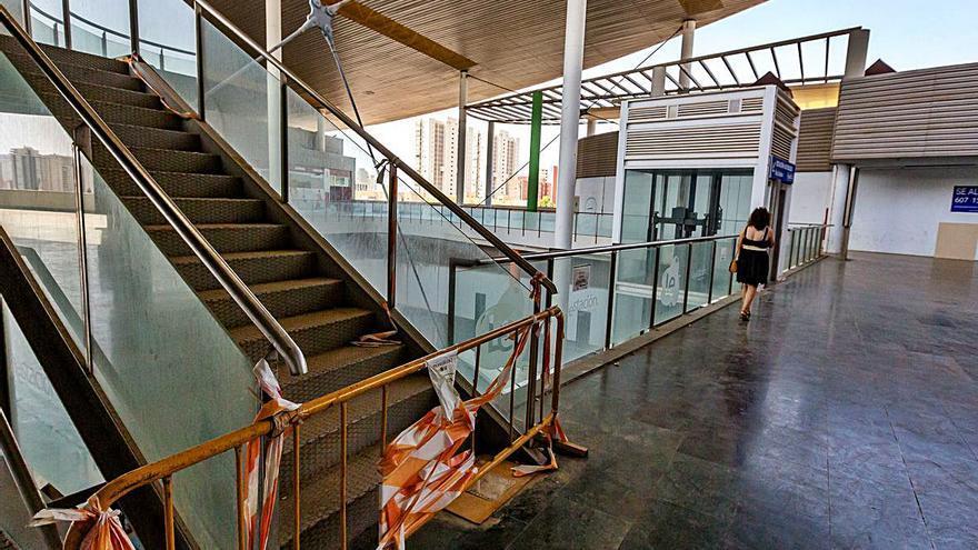 Benidorm recibe a sus turistas otro 15 de agosto en una estación de autobuses en ruinas