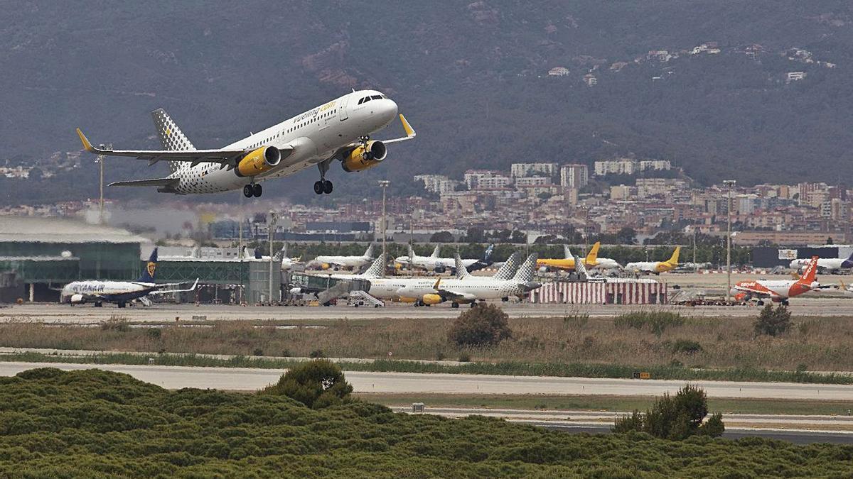 Un avió s'enlaira des de la tercera pista de l'aeroport del Prat. | FERRAN NADEU