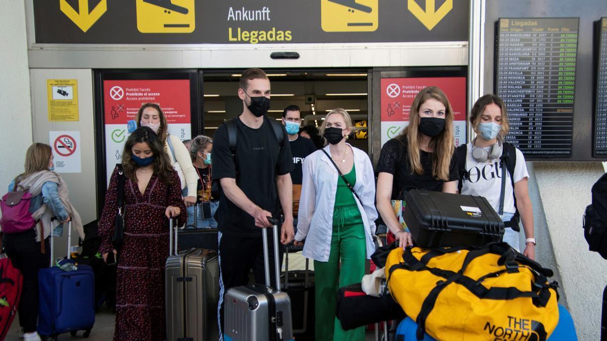 Viajeros británicos en el aeropuerto de Palma.