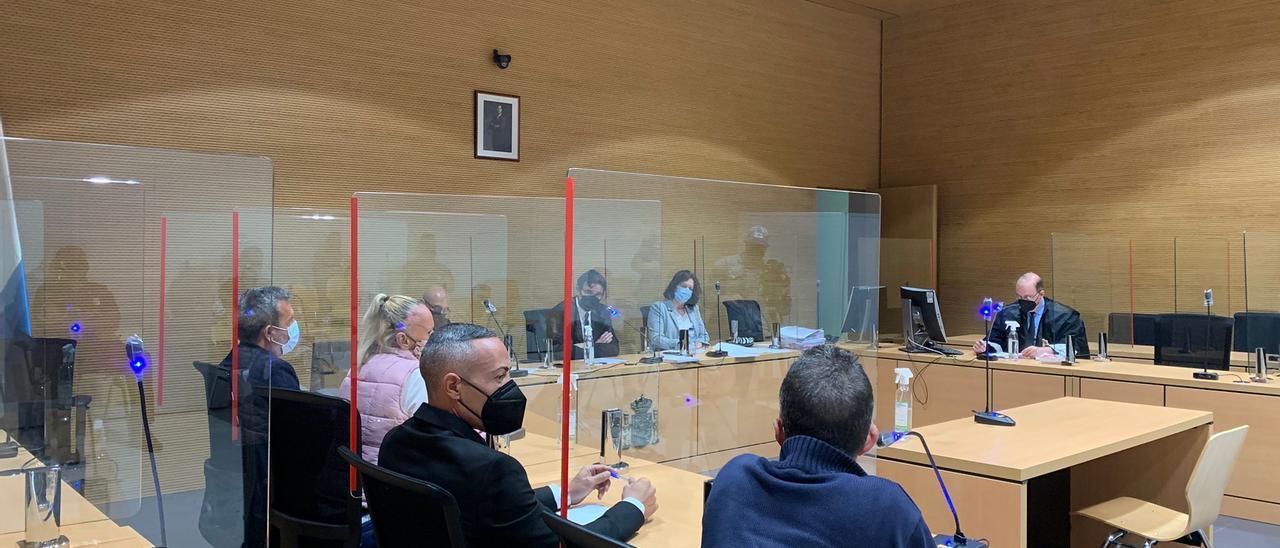De izquierda a derecha el abogado de María del Carmen S. junto a ella y el letrado de Víctor R. con su defendido este jueves