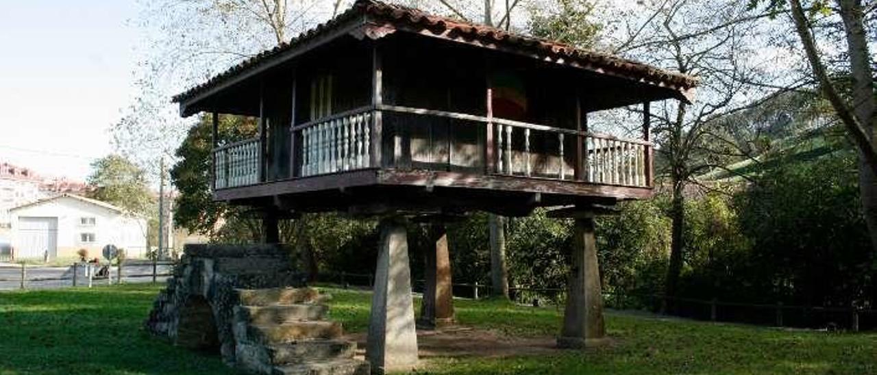 El hórreo de la Fuente de los Ángeles de Candás.