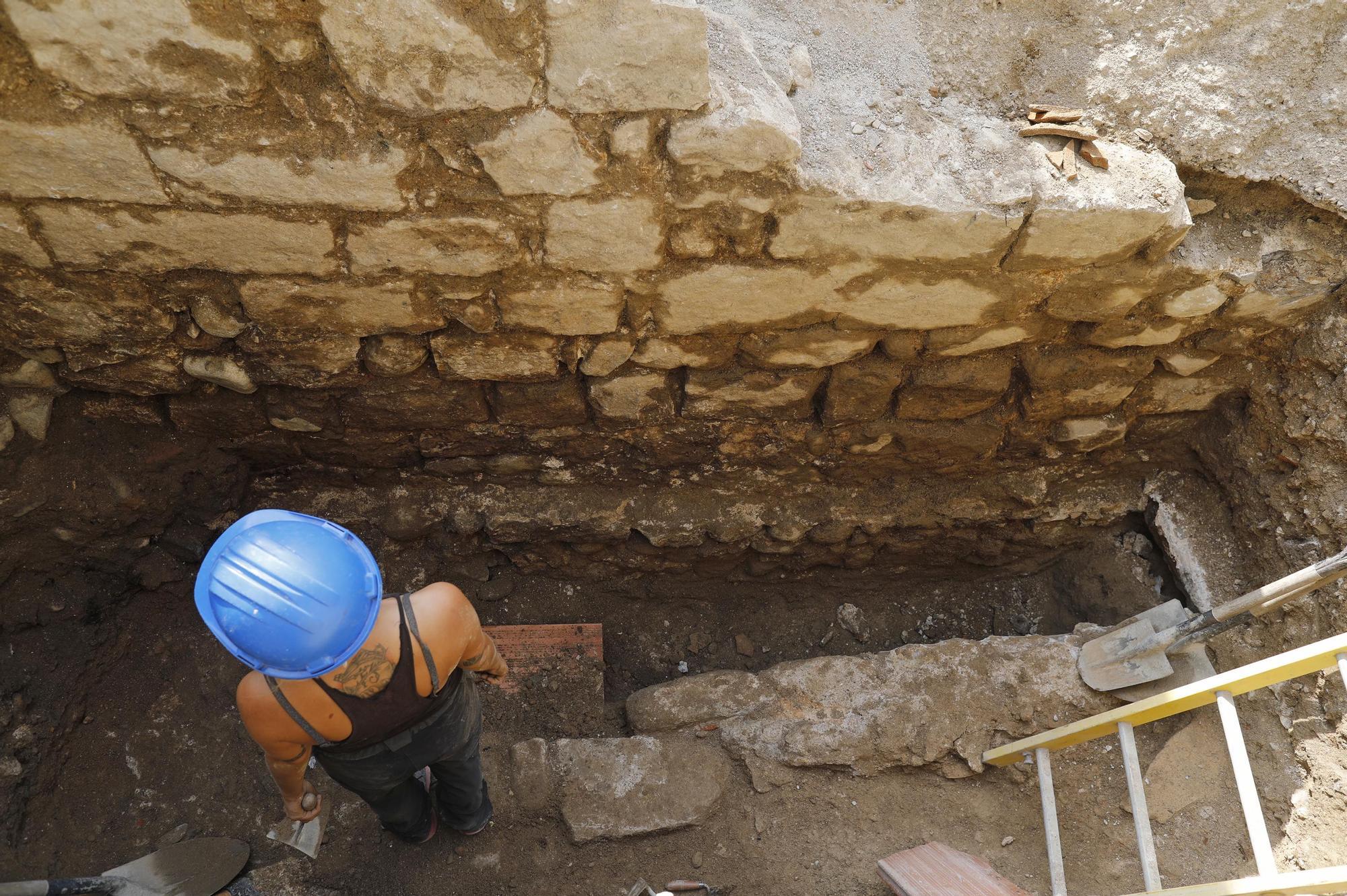 Troben un pany de muralla a la Rambla de Girona