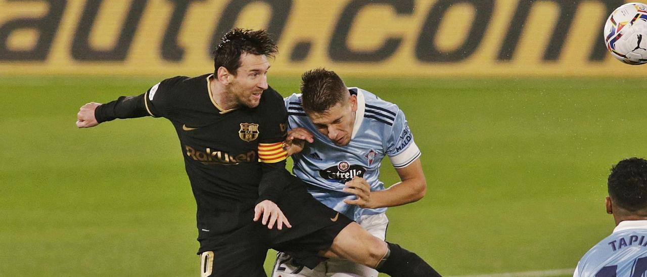 José Fontán pugna por un balón con Leo Messi durante su debut con el primer equipo del Celta ante el Barcelona en Balaídos. |  // REUTERS