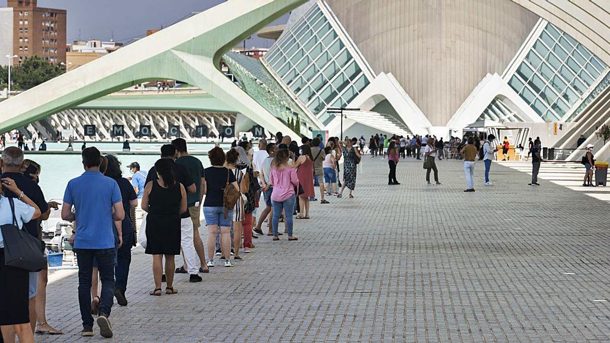 Imagen de archivo de las colas de ciudadanos esperan para ser vacunados en la Ciutat de les Arts de València.