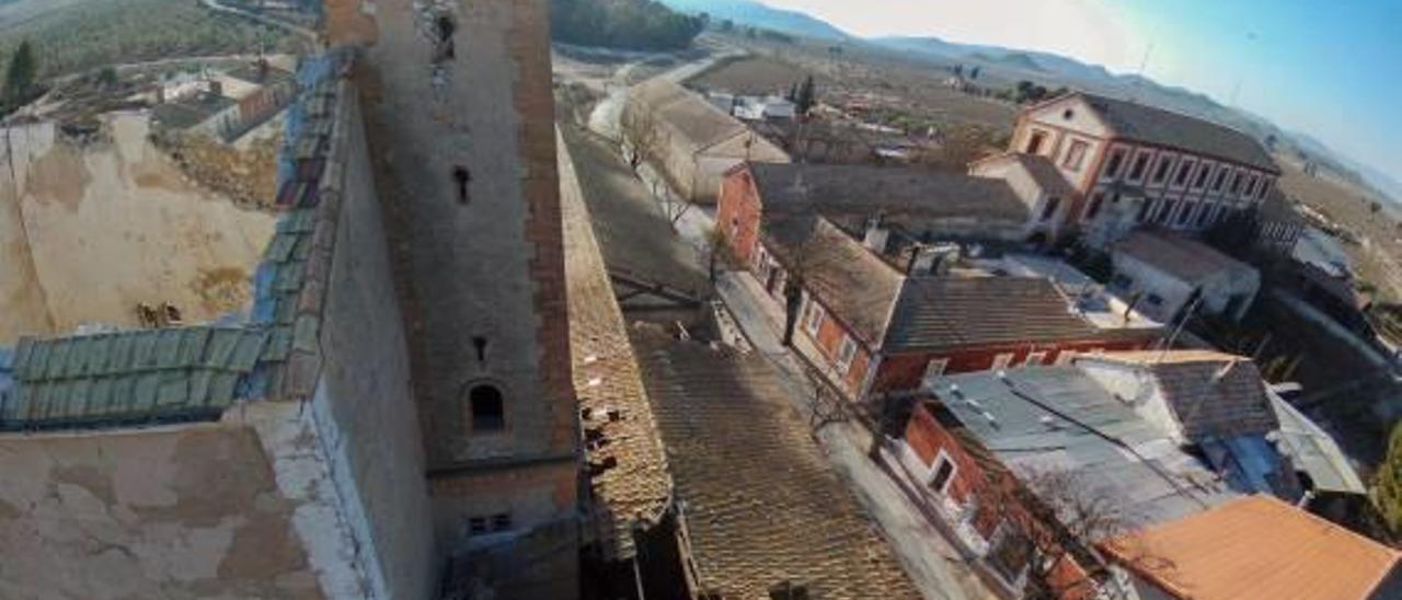 Imagen aérea de la Colonia de Santa Eulalia de Sax, que refleja el abandono que está poniendo en riesgo un conjunto arquitectónico excepcional.