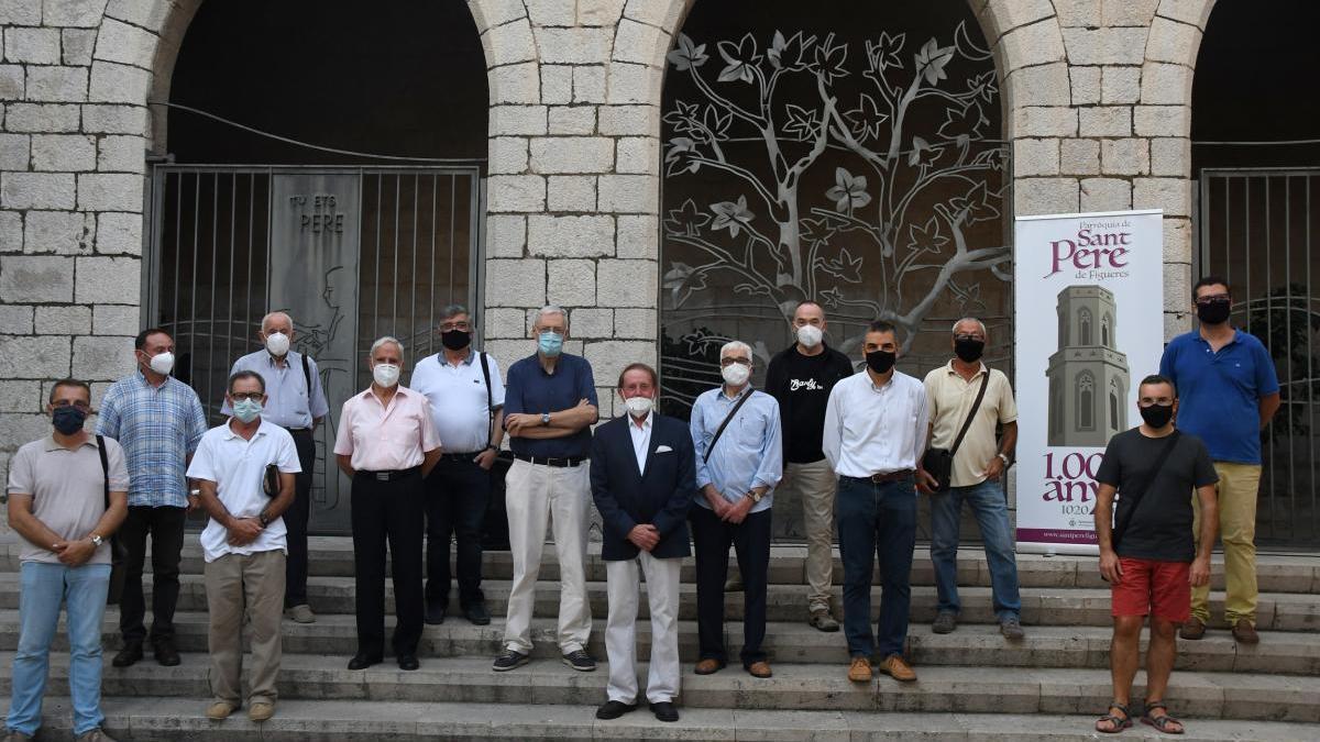 Organitzadors, artistes i familiars a la plaça de Sant Pere.