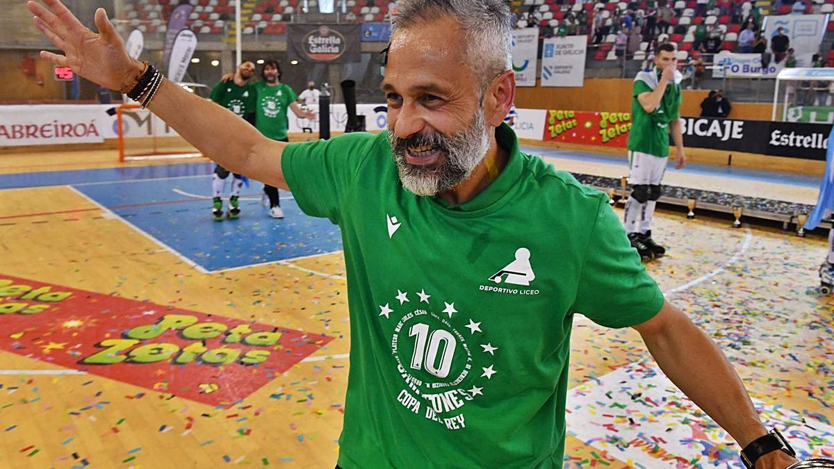 El entrenador del Liceo, Juan Copa, exultante, tras ganar la Copa del Rey. |  // VÍCTOR ECHAVE