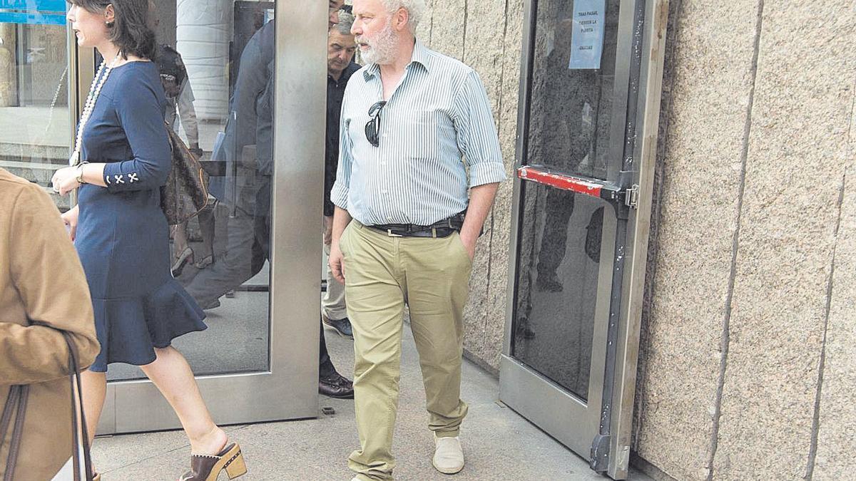 El exalcalde Juan José Rocha, a su salida de los juzgados. | Casteleiro/Roller Agencia