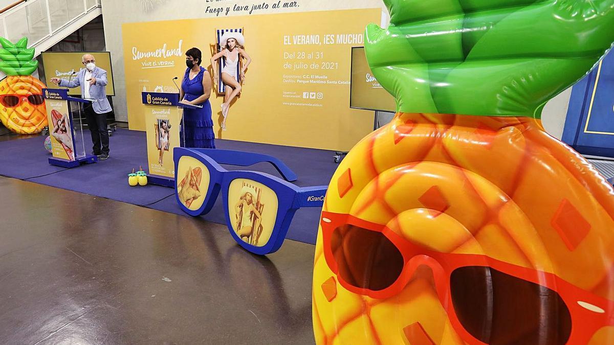 Antonio Morales y la consjera Minerva Alonso durante la presentación de 'Summerland ¡Vive el verano!' . | | EFE