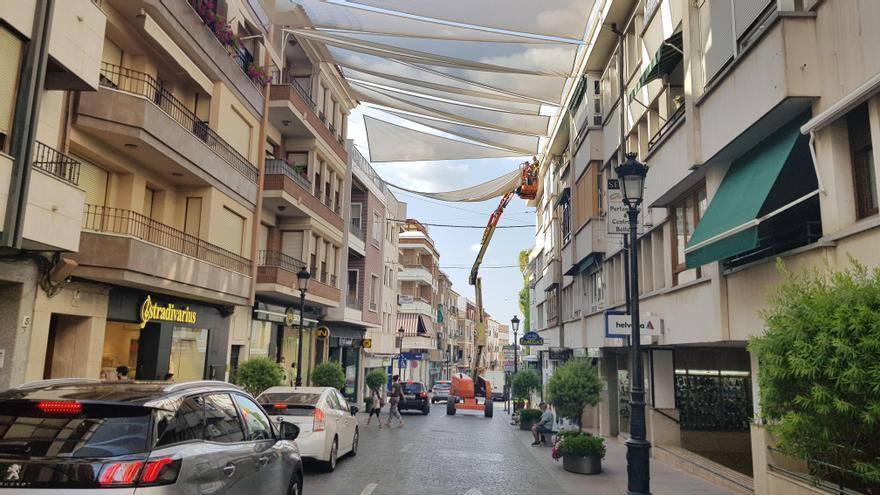 Lucena empieza a entoldar el centro comercial de la ciudad