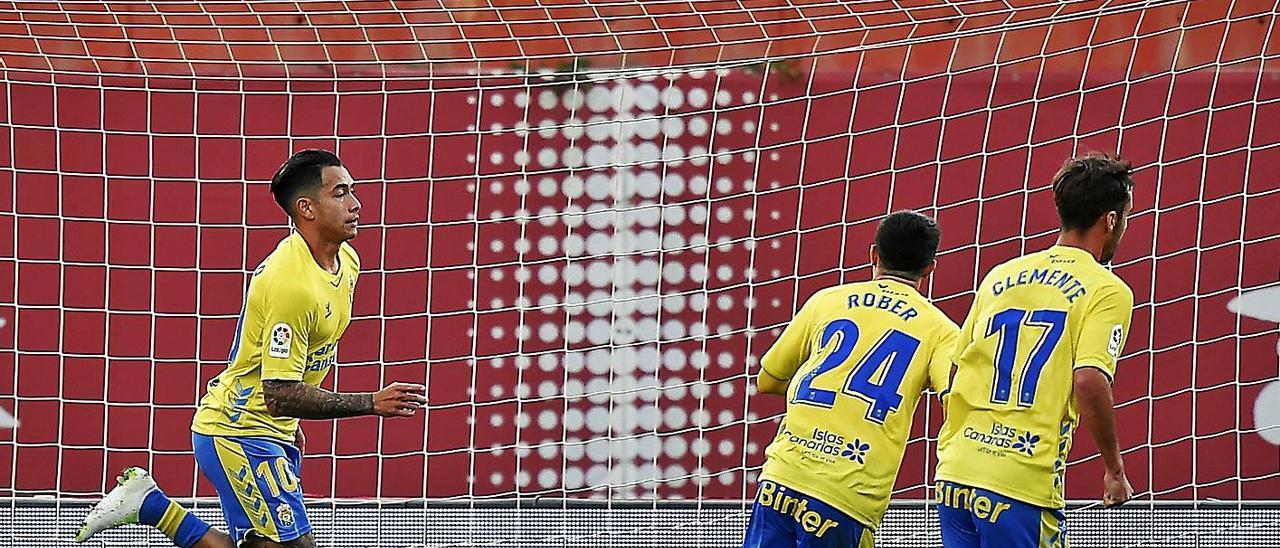 Sergio Araujo celebra el gol de la victoria en Mallorca el domingo pasado junto a Rober y Clemente.     LOF