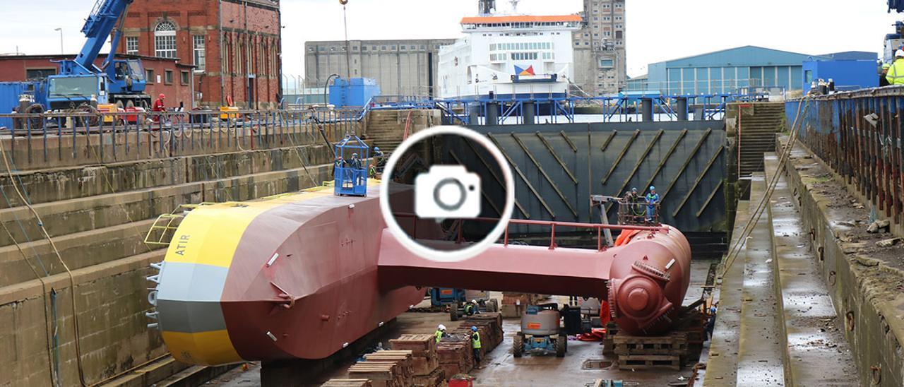 """La """"Atir"""" durante las tareas de mantenimiento en el dique seco de Edimburgo."""