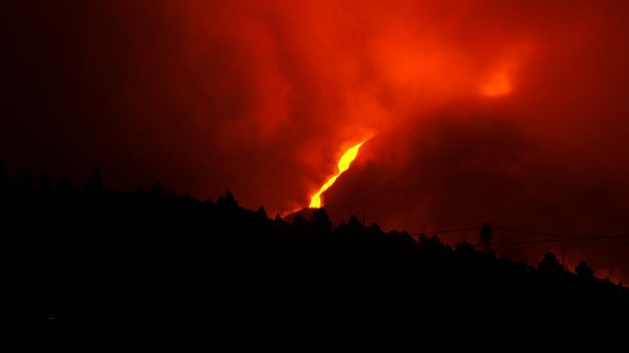 Se abre una nueva boca al sureste del cono volcánico que emite cenizas y piroclastos