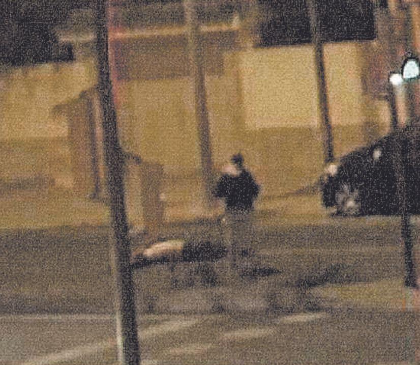La víctima mortal queda tendida en el asfalto
