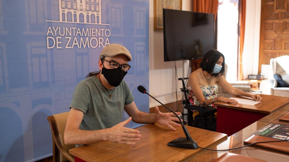 El mago, Paco González, y la concejala de cultura, María Eugenia Cabezas, en la presentación del Festival de Magia de Cerca