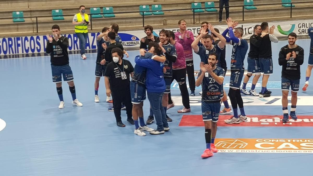 Los jugadores saludan a la afición de O Gatañal y festejan la victoria. / F.G.S.