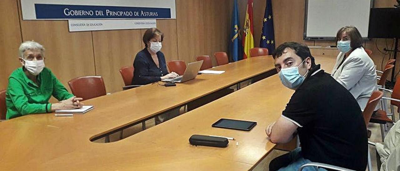 Desde la izquierda, en torno a la mesa, la consejera Carmen Suárez; la directora general de Infraestructuras Educativas, Ana Isabel López; la concejala de Educación de Llanera, María Montserrat Alonso, y el alcalde, Gerardo Sanz, ayer en Oviedo.