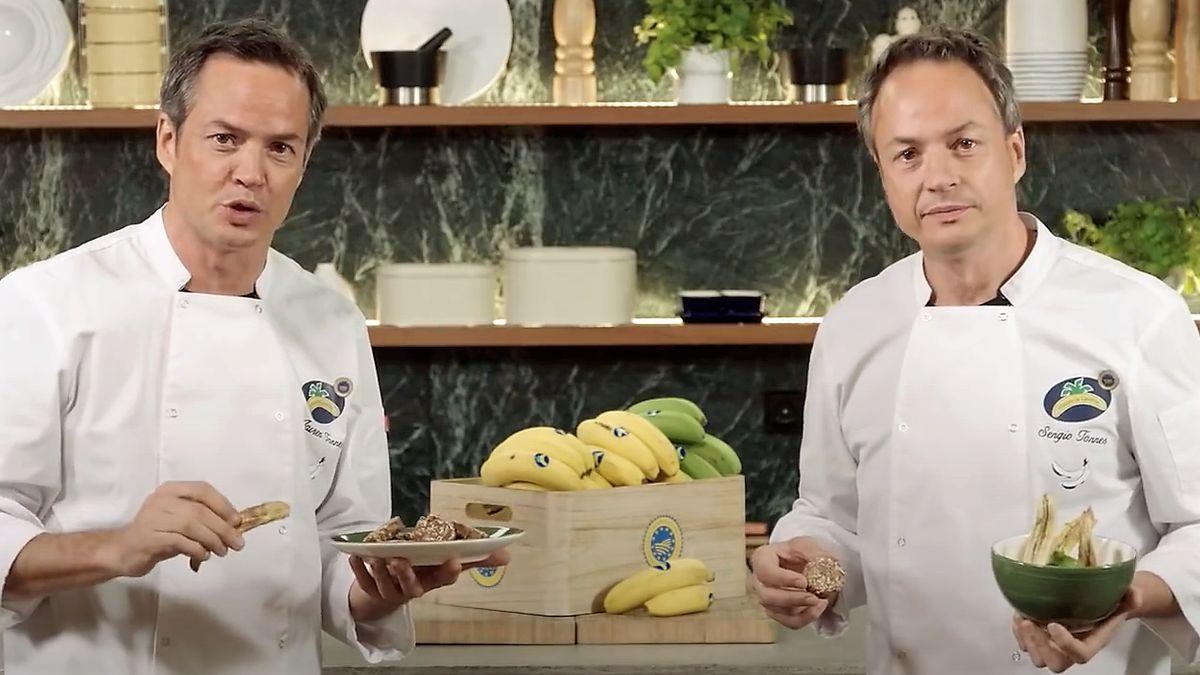 Los hermanos Sergio y Javier Torres, con plátanos de Canarias con los que han hecho cuatro vídeorecetas.