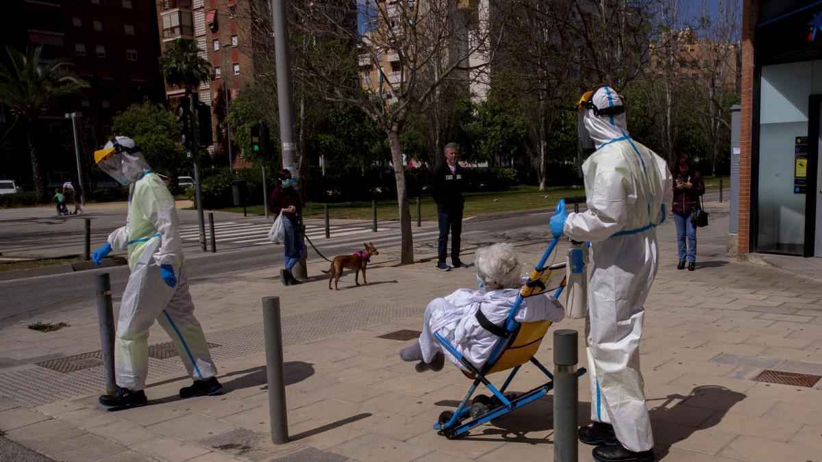 La unidad Alfa 1 del SAMU del Hospital General de Alicante traslada a una paciente.