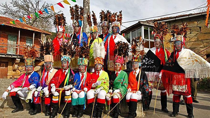 Un grupo de Bonitas en la Praza do Cruceiro de Sande.    // FDV