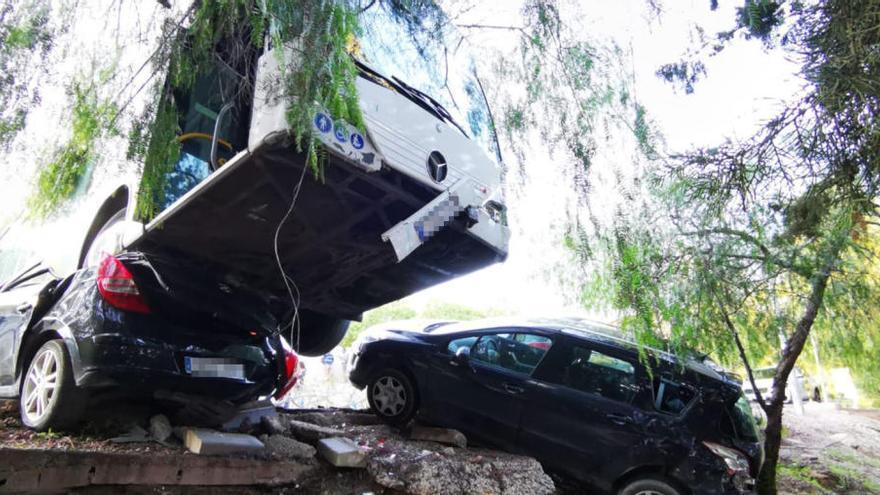 Un autobús cae por un terraplén sobre vehículos aparcados en Lorca