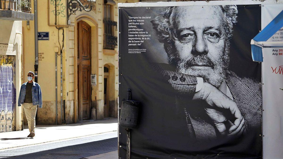 Un mural de Berlanga en el barrio del Carmen de València.