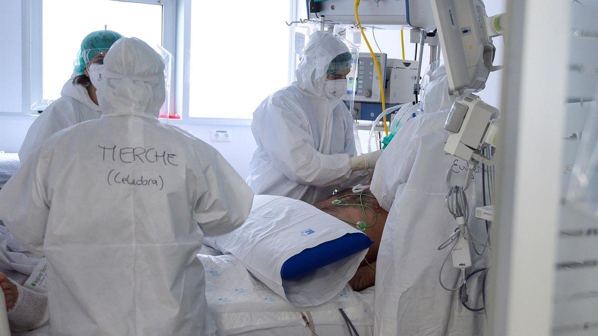 Sanitarios con un enfermo de covid-19 en una UCI.