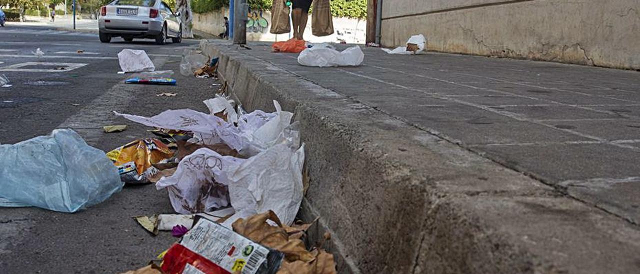 Suciedad en una calle de Alicante, en imagen reciente.