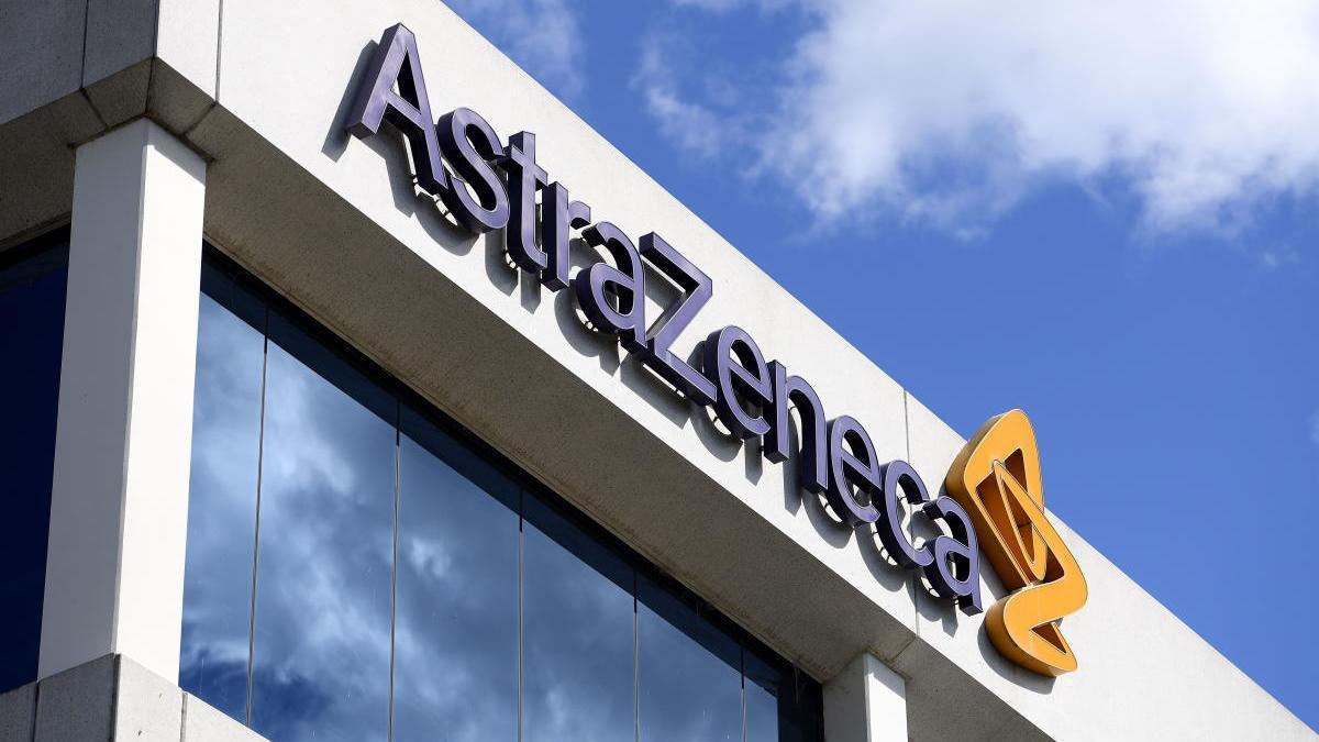 Logo de AstraZeneca en una de sus sedes