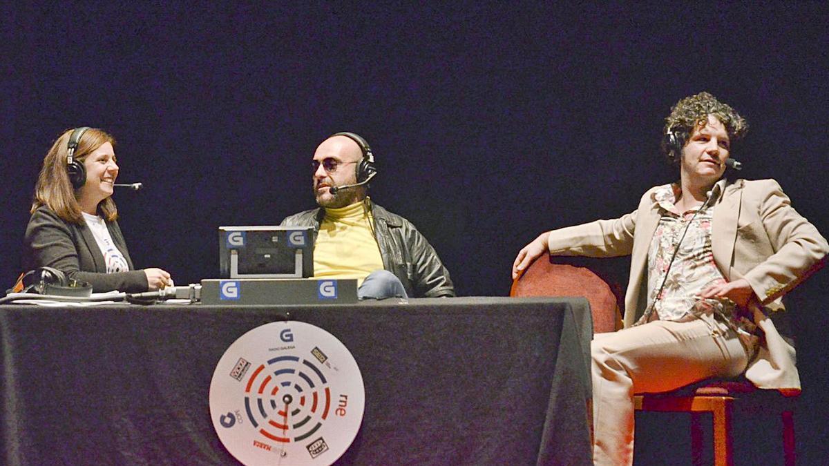 O humorista coruñés Xosé Antonio Touriñán, á dereita, nunha edición anterior de A Radio Conta, con Fede Pérez e a xornalista Pilar Ozores.     // L.O.