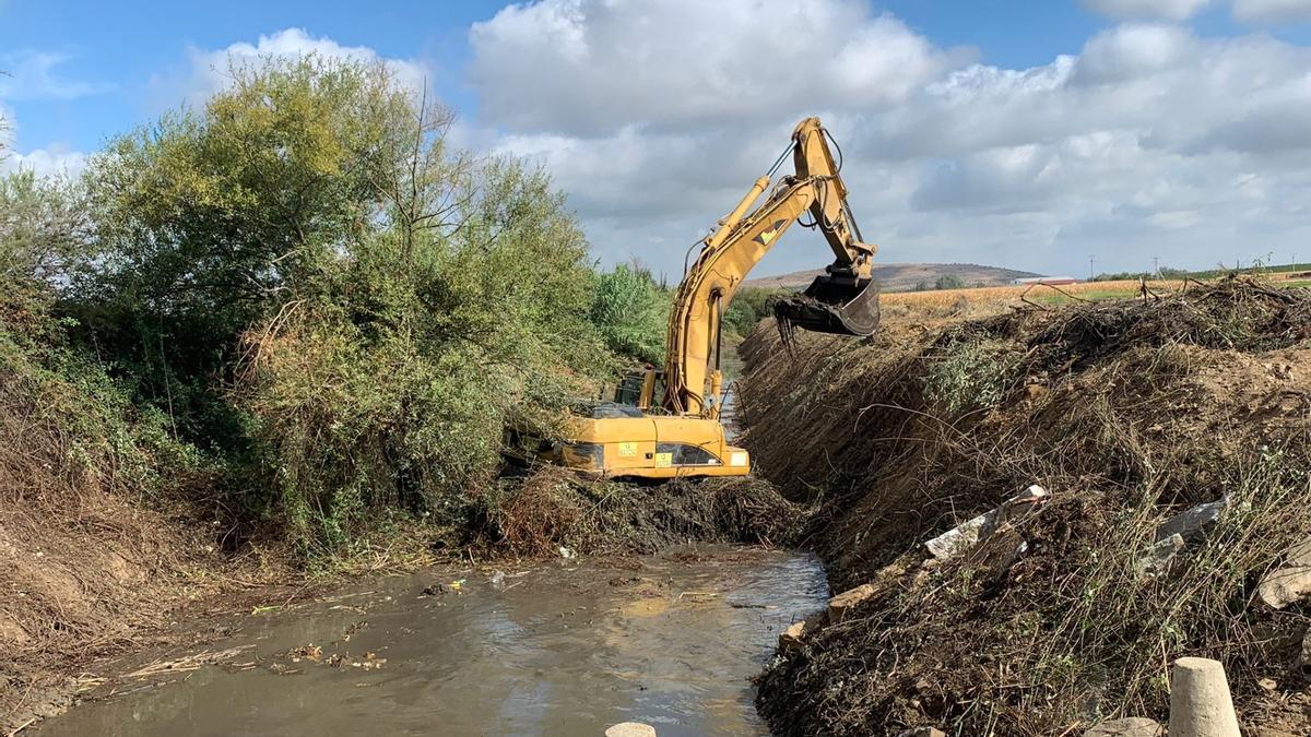 Una de las máquinas encargadas de realizar las tareas de limpieza en el arroyo.