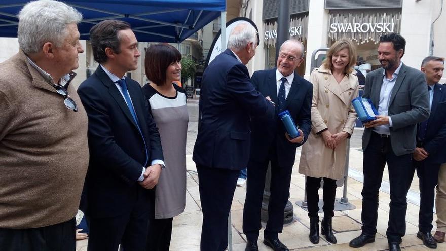 Francisco de la Torre presenta los nuevos desfibriladores instalados en Málaga