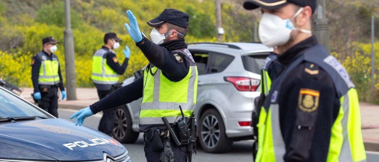 Una pareja de policías realiza un control de tráfico.