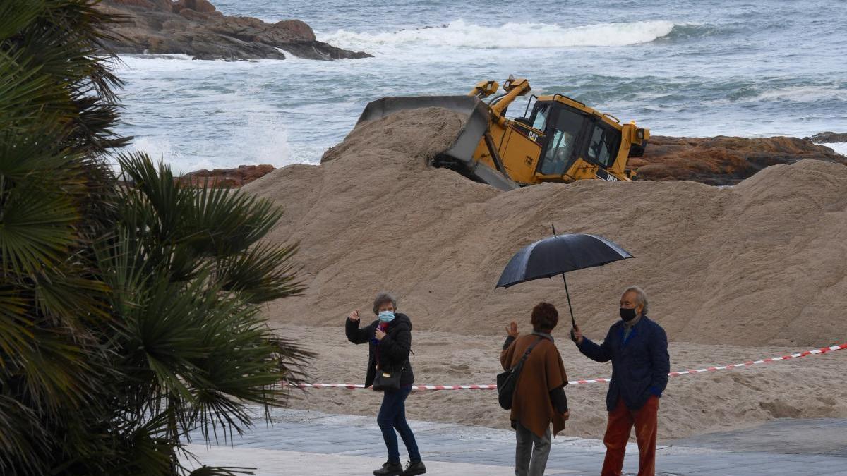 Instalación de la duna en Riazor para prevenir evitar los daños de temporales.