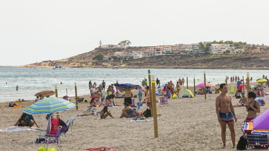 Socorristas solo en la mitad de la playa de San Juan y El Postiguet a pesar del tiempo veraniego