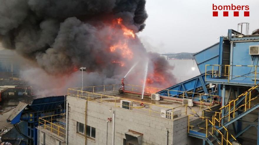 Els Bombers treballen en un incendi d'una planta de recuperació de ferralla a Castellbisbal