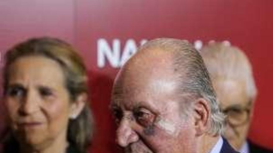 El rey Juan Carlos reaparece con un ojo morado debido a una pequeña cirugía