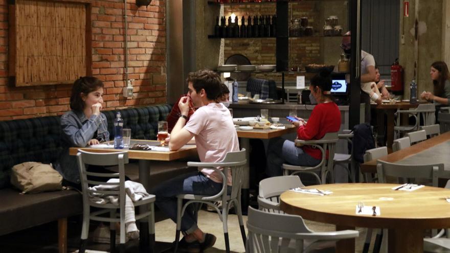 Restriccions covid: 10 comensals per taula a l'interior de restaurants i el 60% de públic als grans espais